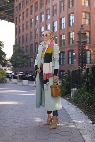 Cómo combinar: zapatos de tacón de ante marrón claro, vaqueros azul marino, jersey de cuello alto de rayas horizontales en multicolor, abrigo gris