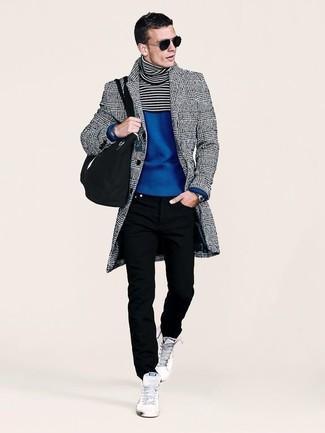 Cómo combinar: zapatillas altas blancas, vaqueros negros, jersey de cuello alto azul, abrigo largo de tartán gris