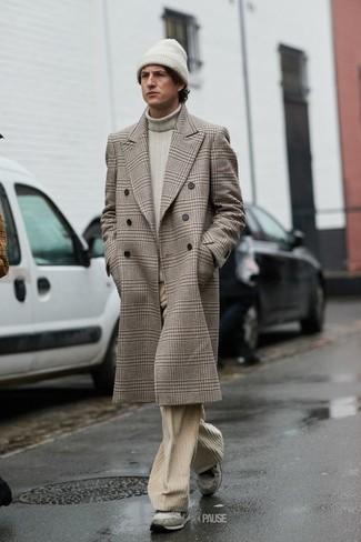 Cómo combinar: deportivas de ante grises, vaqueros de pana en beige, jersey de cuello alto en beige, abrigo largo de tartán en beige