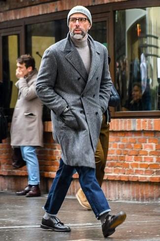 Cómo combinar: zapatos con doble hebilla de cuero negros, vaqueros azules, jersey de cuello alto gris, abrigo largo gris