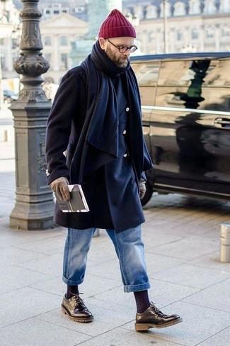 Cómo combinar: zapatos derby de cuero negros, vaqueros azules, jersey de cuello alto negro, abrigo largo azul marino
