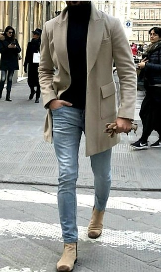 Cómo combinar: botines chelsea de ante en beige, vaqueros celestes, jersey de cuello alto negro, abrigo largo en beige