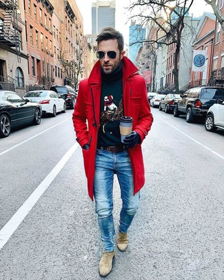 Cómo combinar: botines chelsea de ante en beige, vaqueros azules, jersey de cuello alto estampado azul marino, abrigo largo rojo