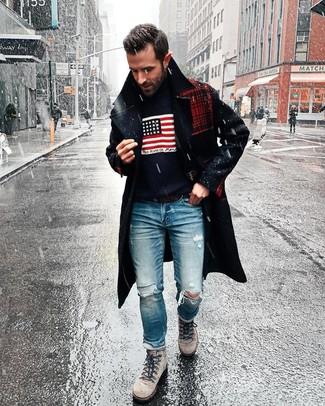 Cómo combinar: botas de trabajo de ante grises, vaqueros desgastados azules, jersey de cuello alto estampado azul marino, abrigo largo azul marino