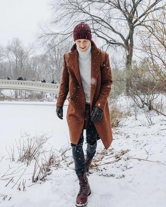 Cómo combinar: botas casual de cuero burdeos, vaqueros negros, jersey de cuello alto de punto blanco, abrigo largo en tabaco