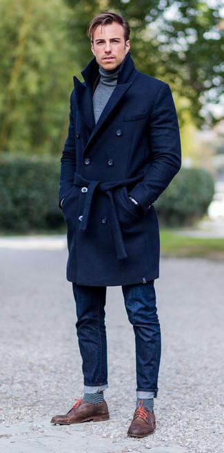 Cómo combinar: zapatos derby de cuero marrónes, vaqueros azul marino, jersey de cuello alto gris, abrigo largo azul marino