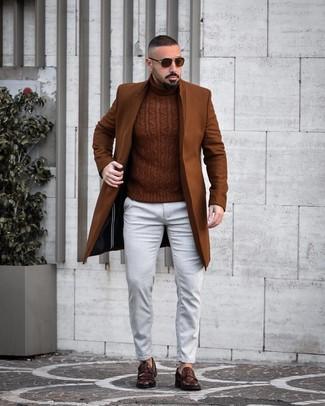Cómo combinar: mocasín de cuero en marrón oscuro, vaqueros blancos, jersey de cuello alto de punto marrón, abrigo largo marrón