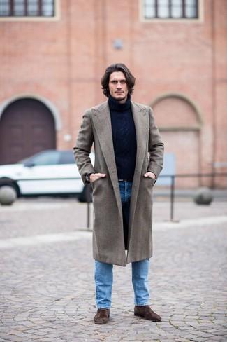 Cómo combinar: botines chelsea de ante en marrón oscuro, vaqueros azules, jersey de cuello alto de lana de punto azul marino, abrigo largo marrón