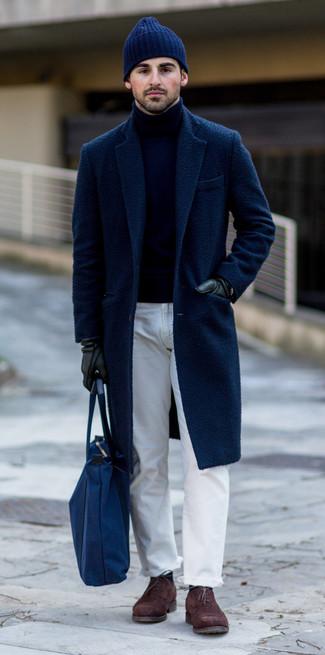 Cómo combinar: zapatos oxford de ante en marrón oscuro, vaqueros blancos, jersey de cuello alto azul marino, abrigo largo azul marino