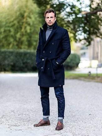 Combinar unos zapatos derby de cuero marrónes: Elige un abrigo largo azul marino y unos vaqueros azul marino para después del trabajo. Dale un toque de elegancia a tu atuendo con un par de zapatos derby de cuero marrónes.