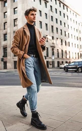 Combinar un abrigo largo marrón claro: Emparejar un abrigo largo marrón claro junto a unos vaqueros celestes es una opción estupenda para un día en la oficina. Botas casual de cuero negras son una opción práctica para completar este atuendo.