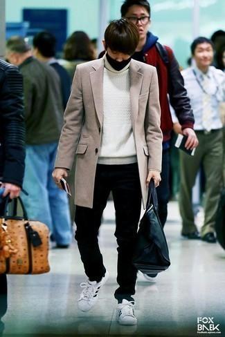 Combinar un abrigo largo en beige: Opta por un abrigo largo en beige y unos vaqueros negros para un lindo look para el trabajo. Si no quieres vestir totalmente formal, elige un par de tenis de cuero en blanco y negro.