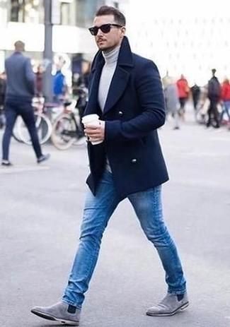 Combinar unos botines chelsea de ante grises: Perfecciona el look casual elegante en un abrigo largo azul marino y unos vaqueros azules. ¿Te sientes valiente? Elige un par de botines chelsea de ante grises.