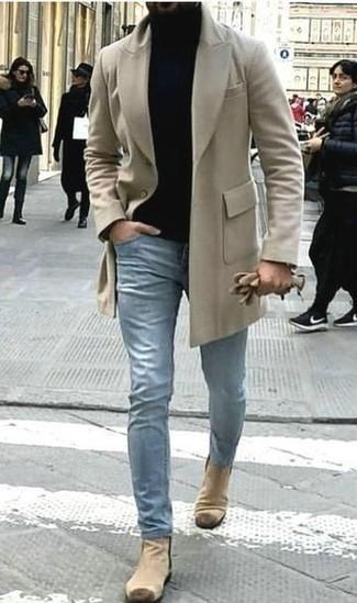 Combinar unos botines chelsea de ante en beige: Si buscas un look en tendencia pero clásico, elige un abrigo largo en beige y unos vaqueros celestes. Elige un par de botines chelsea de ante en beige para mostrar tu inteligencia sartorial.