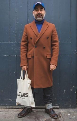Outfits hombres en clima frío: Usa un abrigo largo en tabaco y unos vaqueros en gris oscuro para lograr un estilo informal elegante. Botas brogue de cuero burdeos son una opción atractiva para complementar tu atuendo.