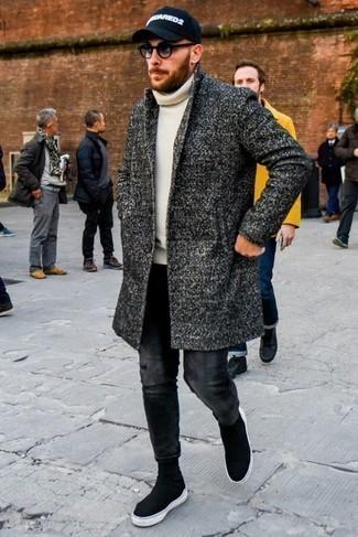 Combinar unos vaqueros en gris oscuro: Si buscas un estilo adecuado y a la moda, ponte un abrigo largo en gris oscuro y unos vaqueros en gris oscuro. Zapatillas altas de lona negras añadirán interés a un estilo clásico.