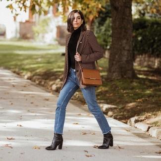 Cómo combinar: botines de cuero negros, vaqueros azules, jersey de cuello alto negro, blazer estampado marrón