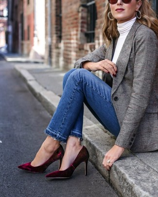 Cómo combinar: zapatos de tacón de terciopelo burdeos, vaqueros azules, jersey de cuello alto blanco, blazer de tartán gris