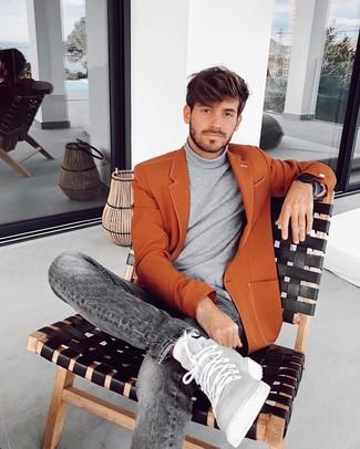 Cómo combinar: zapatillas altas de cuero grises, vaqueros grises, jersey de cuello alto gris, blazer en tabaco