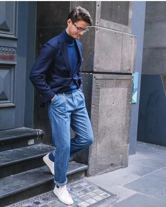 Cómo combinar: tenis blancos, vaqueros azules, jersey de cuello alto azul marino, blazer azul marino
