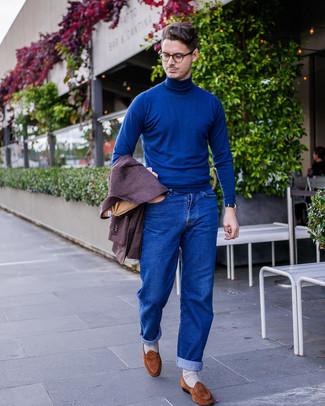 Cómo combinar: mocasín de ante marrón, vaqueros azules, jersey de cuello alto azul, blazer de lana morado oscuro