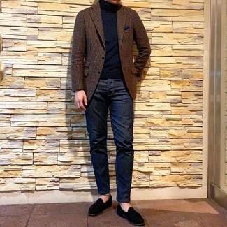 Cómo combinar: mocasín de ante negro, vaqueros azul marino, jersey de cuello alto negro, blazer de lana de cuadro vichy marrón