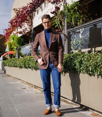Combinar un blazer de lana marrón: Si buscas un estilo adecuado y a la moda, opta por un blazer de lana marrón y unos vaqueros azules. Con el calzado, sé más clásico y haz mocasín de ante en tabaco tu calzado.