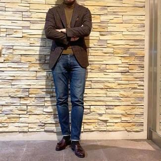 Cómo combinar: mocasín con borlas de cuero burdeos, vaqueros azul marino, jersey de cuello alto verde oliva, blazer de lana de cuadro vichy en marrón oscuro