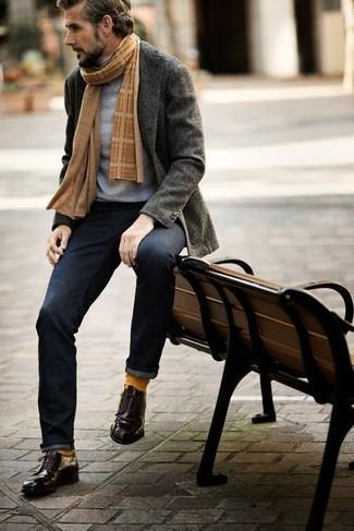 Combinar un jersey de cuello alto gris: Elige un jersey de cuello alto gris y unos vaqueros azul marino para un look diario sin parecer demasiado arreglada. ¿Te sientes valiente? Elige un par de zapatos derby de cuero morado oscuro.