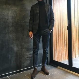 Combinar un pañuelo de bolsillo en gris oscuro: Emparejar un blazer de pata de gallo en gris oscuro junto a un pañuelo de bolsillo en gris oscuro es una opción perfecta para el fin de semana. Agrega botines chelsea de ante en marrón oscuro a tu apariencia para un mejor estilo al instante.