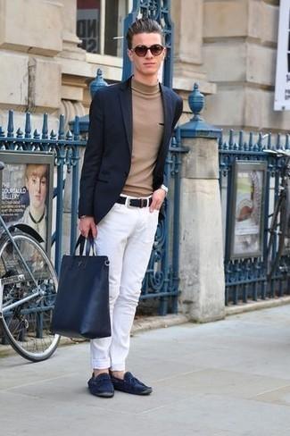 Outfits hombres en primavera 2021: Si buscas un look en tendencia pero clásico, considera emparejar un blazer azul marino junto a unos vaqueros blancos. ¿Quieres elegir un zapato informal? Opta por un par de mocasín de ante azul marino para el día. ¡Nos gusta el atuendo! Es una idea excelente para esta primavera.