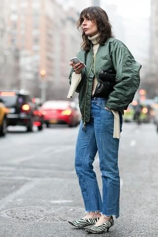 Cómo combinar: zapatos de tacón de pelo de becerro estampados en blanco y negro, vaqueros azules, jersey de cuello alto de punto en beige, cazadora de aviador verde oscuro