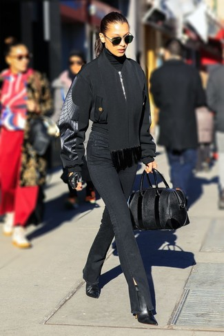 Cómo combinar: botines de cuero negros, vaqueros negros, jersey de cuello alto negro, cazadora de aviador negra