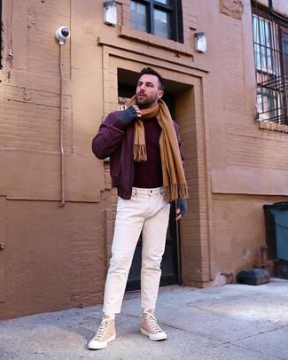 Cómo combinar: zapatillas altas de lona marrón claro, vaqueros blancos, jersey de cuello alto burdeos, cazadora de aviador burdeos