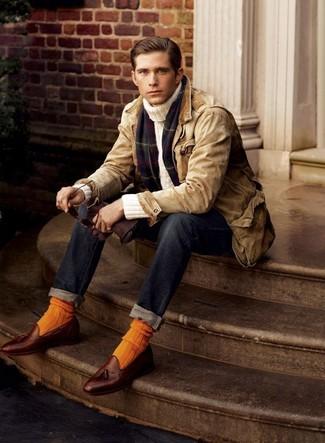 Cómo combinar: mocasín con borlas de cuero marrón, vaqueros azul marino, jersey de cuello alto en beige, chaqueta con cuello y botones marrón claro