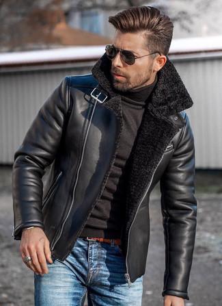 Cómo combinar: correa de cuero tejida en tabaco, vaqueros azules, jersey de cuello alto negro, chaqueta de piel de oveja negra