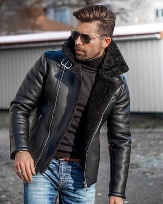 Cómo combinar: correa de cuero en tabaco, vaqueros azules, jersey de cuello alto negro, chaqueta de piel de oveja negra