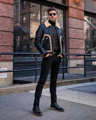 Cómo combinar: botas casual de cuero negras, vaqueros negros, jersey de cuello alto de rayas horizontales en negro y blanco, chaqueta de piel de oveja negra