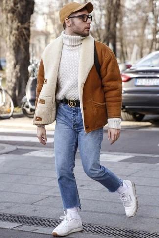 Combinar unos calcetines blancos: Emparejar una chaqueta de piel de oveja en tabaco con unos calcetines blancos es una opción muy buena para el fin de semana. Complementa tu atuendo con tenis de cuero blancos para mostrar tu inteligencia sartorial.
