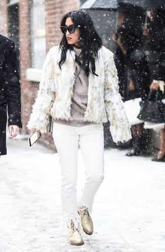 Cómo combinar: botas planas con cordones de cuero en beige, vaqueros сon flecos blancos, jersey de cuello alto de rayas horizontales gris, chaqueta de piel en beige