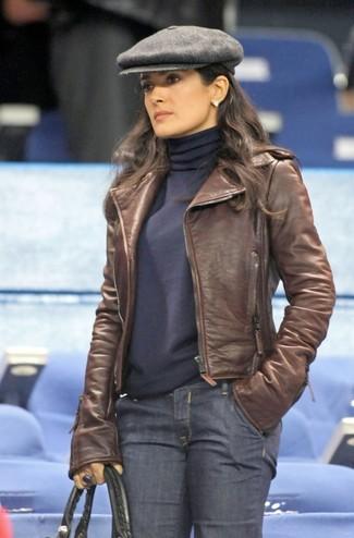 Cómo combinar: bolsa tote de cuero negra, vaqueros azul marino, jersey de cuello alto azul marino, chaqueta motera de cuero marrón