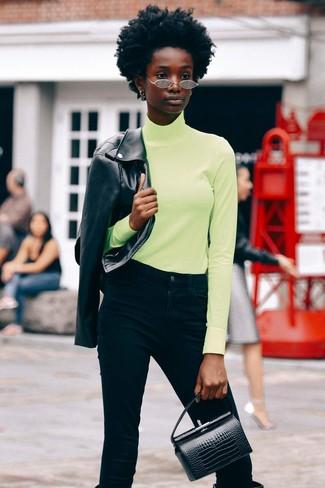 Cómo combinar: botas de caña alta de cuero negras, vaqueros negros, jersey de cuello alto en amarillo verdoso, chaqueta motera de cuero negra