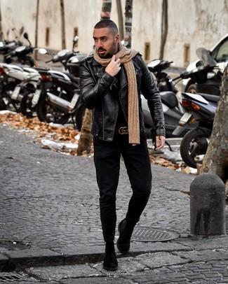 Cómo combinar: botines chelsea de ante negros, vaqueros negros, jersey de cuello alto negro, chaqueta motera de cuero negra