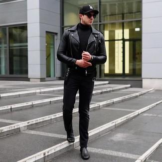 Cómo combinar: botines chelsea de cuero negros, vaqueros negros, jersey de cuello alto negro, chaqueta motera de cuero negra