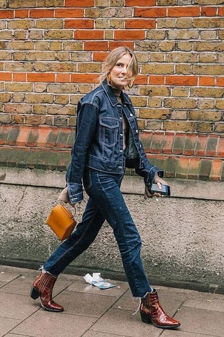Cómo combinar: botas camperas de cuero burdeos, vaqueros azul marino, jersey de cuello alto en beige, chaqueta vaquera azul marino