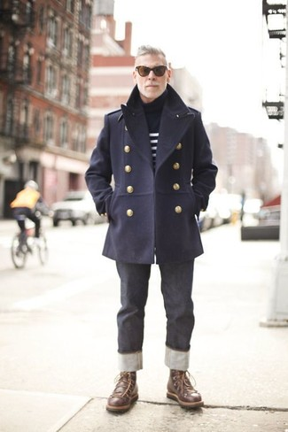Cómo combinar: botas casual de cuero en marrón oscuro, vaqueros en gris oscuro, jersey de cuello alto de rayas horizontales en azul marino y blanco, chaquetón azul marino