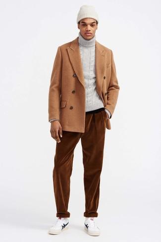 Cómo combinar: tenis de cuero blancos, vaqueros de pana en tabaco, jersey de cuello alto de punto gris, chaquetón marrón claro