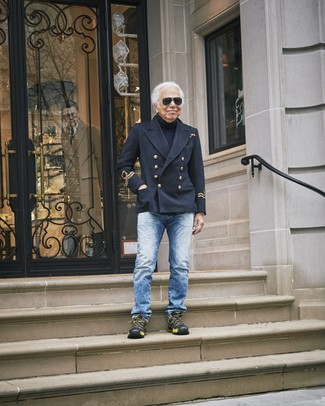 Cómo combinar: deportivas negras, vaqueros azules, jersey de cuello alto azul marino, chaquetón negro