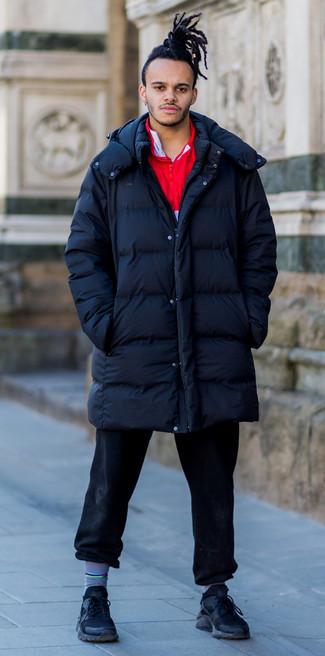 Combinar un abrigo de plumón: Intenta ponerse un abrigo de plumón y unos vaqueros negros para una vestimenta cómoda que queda muy bien junta. Si no quieres vestir totalmente formal, elige un par de deportivas negras.