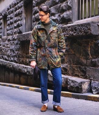 Cómo combinar: mocasín de ante marrón, vaqueros azules, jersey de cuello alto de punto verde oliva, parka de camuflaje verde oliva